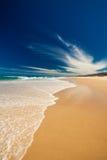 阳光在Caloundra北部的海岸海滩 免版税库存照片