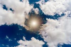 阳光天空和clunds美好的背景 图库摄影