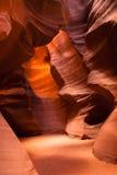 阳光射线通过裂隙砂岩岩石羚羊槽孔峡谷 库存照片
