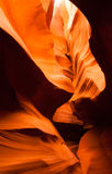 阳光射线通过裂隙砂岩岩石羚羊槽孔峡谷 免版税库存照片