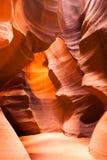 阳光射线通过裂隙砂岩岩石羚羊槽孔峡谷 免版税图库摄影