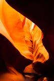 阳光射线通过裂隙砂岩岩石羚羊槽孔峡谷 免版税库存图片