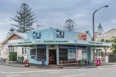 阳光小型自动售货店角落商店在纳皮尔,新西兰 免版税库存图片