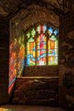 阳光放出通过污迹玻璃窗的,古德里奇城堡, Herefordshire 免版税图库摄影