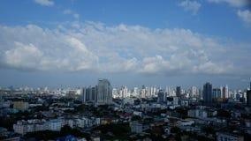 阳光早晨曼谷大厦视图和树荫  库存图片