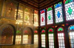 阳光点燃了反射在墙壁上的五颜六色的彩色玻璃窗颜色 库存图片