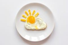 阳光煎蛋为在白色背景的孩子用早餐 免版税库存图片