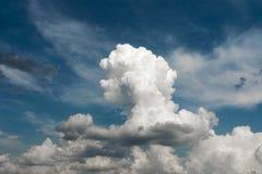 阳光照亮的大积云,与一朵明亮的云彩的阴沉的雨天空 免版税库存照片