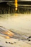 阳光的反射在冰冷的海岸的 库存照片