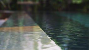 阳光的反射在蓝色游泳池水中 股票视频
