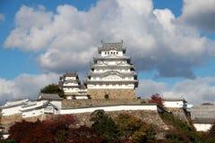 阳光的白姬路城有蓝天背景 亦称姬路城白色苍鹭城堡 图库摄影