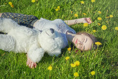 阳光草甸的女孩 免版税库存照片