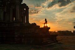 阳光通过吴哥窟寺庙狮子雕象  库存照片