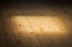 阳光通过在木地板上的窗口 免版税库存图片