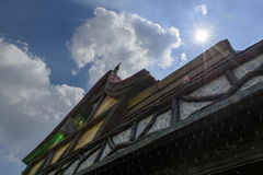 阳光通过在蓝天的屋顶 库存照片