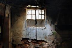 阳光通过残破的视窗 免版税库存照片