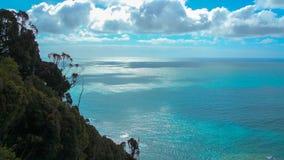 阳光通过西海岸海,新的Zealan表面上的云彩  免版税库存照片