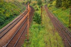 阳光铁路轨道和输电线 免版税库存图片