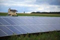 阳光闪烁在领域的太阳电池板 免版税库存图片