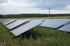 阳光闪烁在领域的太阳电池板 库存照片