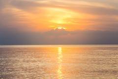 阳光,日出的反射在海的 免版税库存图片