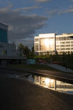 阳光从一个现代大厦反射 免版税库存图片