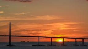 阳光Skyway在坦帕湾,佛罗里达的桥梁剪影 免版税库存照片