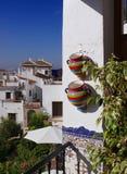 阳台五颜六色的地中海罐 免版税图库摄影