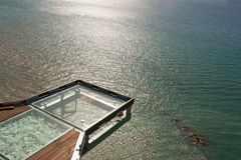 阳台作为在海的一个观点,日落的 库存图片