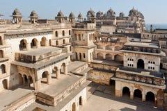 阳台和庭院在古老结构里面在indo伊斯兰教的样式 免版税库存照片