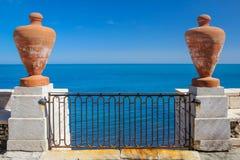阳台和蓝色地中海 特拉尼 普利亚 意大利 免版税图库摄影