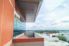 阳台和阳台树荫在hight大厦有天空背景 免版税库存图片