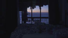 阳台在旅馆里有海视图 一个少妇看日出 股票录像
