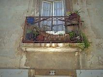 阳台在里斯本老镇  库存照片