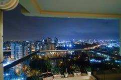 阳台城市晚上多雨视图 免版税库存照片
