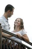 阳台夫妇愉快的室外联系的年轻人 免版税库存图片