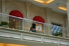 阳台妇女 免版税库存照片