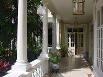 阳台殖民地居民房子 免版税库存照片