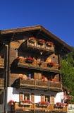 阳台瑞士山中的牧人小屋瑞士 库存照片