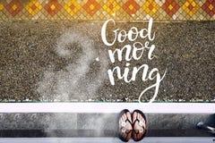 阳台的一个女孩在清早 咖啡芳香和早晨好题字云彩  库存照片