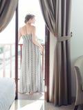阳台的俏丽的妇女 免版税图库摄影