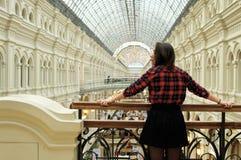 阳台的女孩外形的 免版税图库摄影