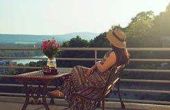 阳台的妇女日落的 库存照片