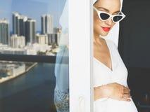阳台的孕妇 库存图片