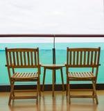 从阳台的海视图有椅子和桌的 免版税库存图片