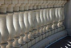 阳台的白色大理石柱廊 库存图片