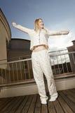 阳台的轻松的妇女 免版税图库摄影