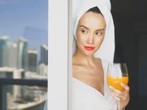 阳台的Prtty妇女 免版税库存图片
