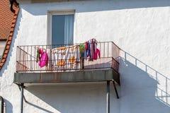 阳台-烘干机架的衣裳 库存图片
