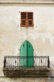阳台calvi可西嘉岛传统房子的城镇 免版税库存图片